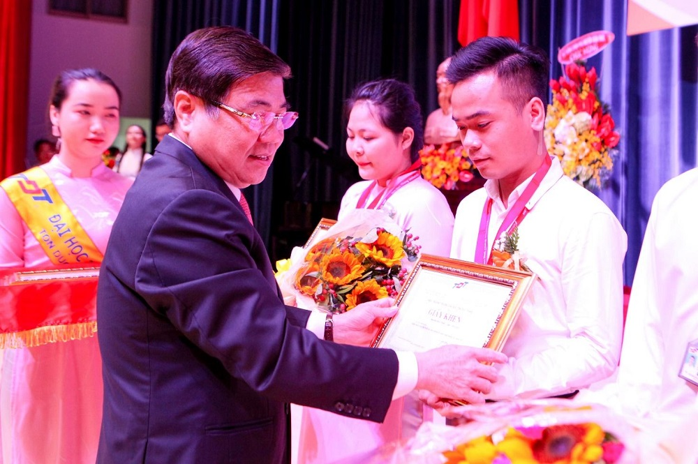 Dr. Nguyen Thanh Phong, Chairman of the HCM City People's Committee, awarded scholarships to students who have obtained outstanding achievements in studying and research.